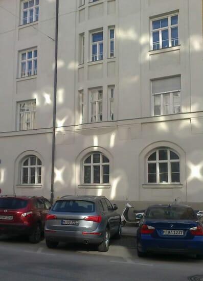 Valokuviot talon seinässä Munchenissä