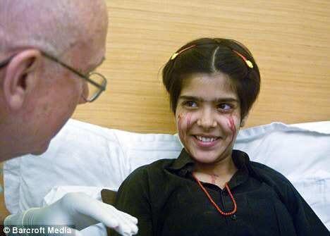 Intialainen tyttö itkee verikyyneliä