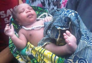 Nigerissä syntyi 15.7.2013 lapsi, jolla oli Tasabih-rukousnauha kaulansa ympärillä